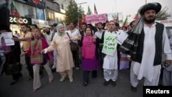 Beberapa aktivis perdamaian AS dan pendukung partai PTI Pakistan melakukan reli untuk memprotes serangan pesawat tak berawak AS di Pakistan.