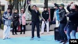 "Warga dan turis di Seoul, Korea Selatan, belajar gaya tarian lagu ""Gangnam Style."" (Foto: VOA)"