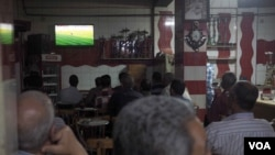Activists complain that gatherings like this one in Cairo to watch a soccer match are legal, while political gatherings are largely banned, Cairo, Egypt, April 19, 2016. (H. Elrasam/VOA)