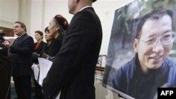 Dân biểu Chris Smith (trái) kêu gọi Tổng Thống Obama gây áp lực đòi Chủ tịch Hồ Cẩm Đào trả tự do cho ông Lưu Hiểu Ba