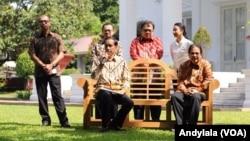 Presiden Jokowi didampingi sejumlah menteri di halaman belakang Istana Merdeka, Jakarta, 16 Januari 2015 (Foto: VOA/Andylala).