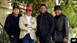 Marlon Jackson, segundo desde la izquierda, Jackie Jackson, segundo desde la derecha, y Tito Jackson, a la derecha, los hermanos del fallecido cantante Michael Jackson, y el hijo de Tito, Taj, a la izquierda, posan juntos.