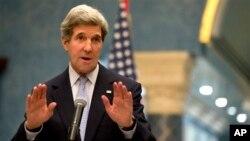 Menlu AS John Kerry dalam jumpa pers di Doha, Qatar hari Selasa (5/3).
