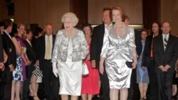 نخست وزير استراليا بجای تعظيم با ملکه انگلستان دست داد