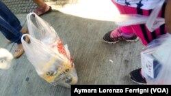 """Los venezolanos están literalmente """"a la caza"""" de los alimentos básicos, que tienen precio regulado por el gobierno."""