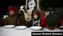 De petits orphelins syriens lors d'une fête organisée par l'ONG Damascus Lovers, à Harasta, dans la banlieue de Ghouta, en Syrie, le 30 janvier 2016