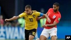 Le Belge Eden Hazard, à gauche, en duel avec l'Anglais Ruben Loftus-Cheek lors du match pour la troisième place entre l'Angleterre et la Belgique à la Coupe du monde de football 2018 au St Petersburg Stadium, Russie, 14 juillet 2018.
