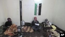 សមាជិកកងទ័តពសេរីស៊ីរី (Free Syrian Army) ដែលរងរបួសសម្រាកនៅក្នុងមន្ទីពេទ្យបណ្តោះអាសន្នមួយនៅក្នុងខេត្ត Idlib កាលពីថ្ងៃទី០១ ខែមិនា ឆ្នាំ២០១២។