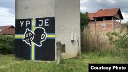 Na ulazu u naselje Urije u Prijedoru naslikan je logotip navijačke grupe Alcohol Boys sa keltskim križem. Izvor: BIRN BiH