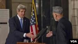 Menlu AS John Kerry (kiri) saat bertemu Presiden Afghanistan Hamid Karzai (foto: dok). Kerry berusaha melanjutkan upaya perundingan perdamaian Afghanistan di Doha, Qatar.