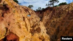 Miners ply the Ndassima gold mine at Ndassima, north of Seleka's military headquarters in the northern town of Bambari in Central African Republic, May 22, 2014.