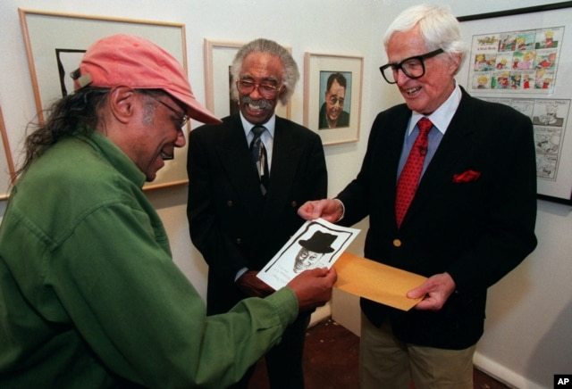 Artist and cartoonist Hank Ketcham (R) shows jazz pianist Horace Silver (L) his sketch of him as jazz composer Gerald Wilson looks on, in Los Angeles, April 17, 1999.