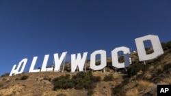Equipos de pintura establecidos en la base del letrero de Hollywood en Los Ángeles. El letrero de Hollywood, construido en 1923, fue una campaña publicitaria al aire libre para un desarrollo habitacional suburbano llamado Hollywoodland.