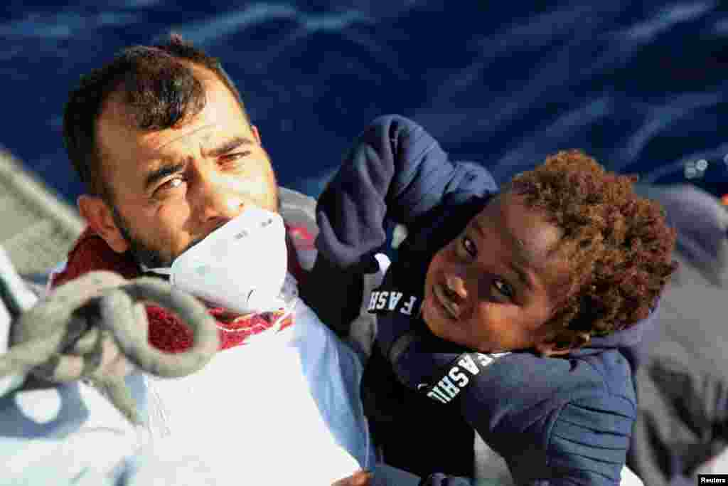 کودک مهاجر نجات یافته توسط گارد ساحلی لیبی از آبهای دریای مدیترانه