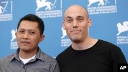 Adi Rukun (kiri) dan sutradara Joshua Oppenheimer dalam sesi foto untuk film 'The Look of Silence' di Venesia, Italia (28/8).
