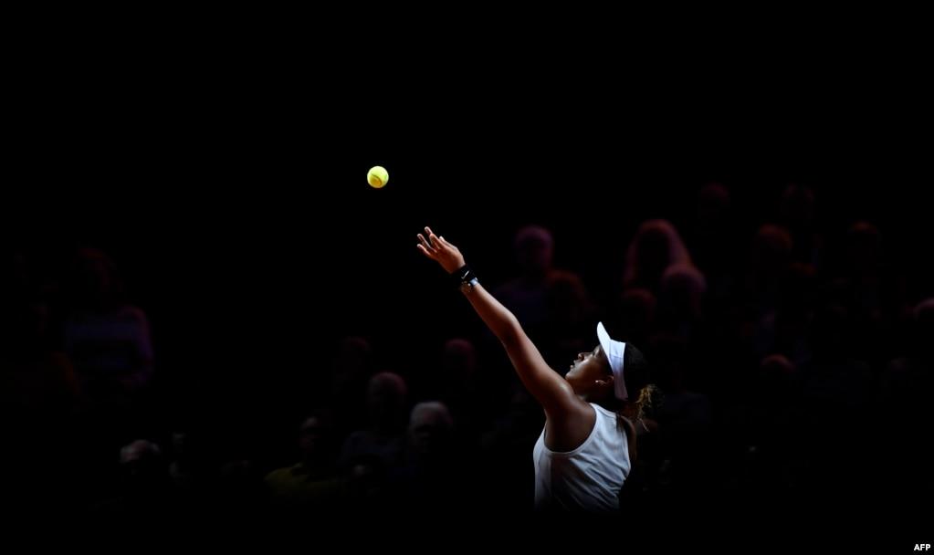독일슈투트가르트에서 열린 여자프로테니스(WTA) 투어 프르셰 그랑프리에서 일본의 오사카 나오미 선수가 타이완 선수를 상대로 서브를 하고 있다.