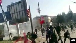 Ảnh trích từ video cho thấy nhân viên an ninh Syria đánh đập các sinh viên Đại học Aleppo trong một cuộc biểu tình trong khuôn viên trường hôm 17/5/12