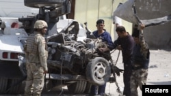 Pasukan keamanan Irak memeriksa lokasi serangan di Irak selatan (foto: dok). Irak masih terus dilanda kekerasan.