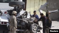 Nhân viên an ninh Iraq kiểm tra hiện trường sau vụ đánh bom xe tại Basra, 420 km (261 dặm) về phía đông nam Baghdad, ngày 9/9/2012