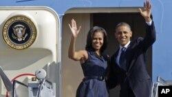 Tổng thống Barack Obama và Đệ nhất Phu nhân Michelle Obama vẫy chào trước khi rời Charlotte, 7/9/12