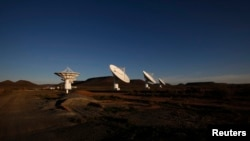 Le crépuscule tombe sur les antennes paraboliques du télescope radio du KAT-7 RAID sur le site sud-africain proposée pour le Square Kilometre Array (SKA), 17 mai 2012.