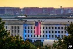 Američka zastava razvijena je na zapadnoj strani Pentagona, 11. septembra 2021.