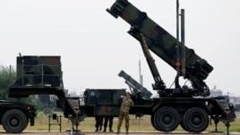 Binh sĩ Hà Lan bên cạnh một đơn vị phi đạn phòng thủ Patriot ở căn cứ quân sự Adana, miền nam Thổ Nhĩ Kỳ.