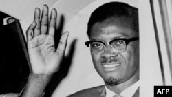 Patrice Lumumba azali kopesa mbote wuto motuka na ye na nzela ya libanda lya mpepo ya Idlewild na kokende New York, le 02 août 1960.