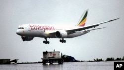资料照片:一架埃塞俄比亚航空的波音787梦幻飞机降落在亚的斯亚贝巴博莱国际机场。(2012年8月17日)