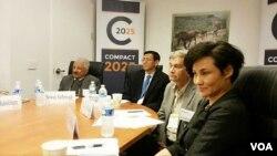 """国际食物政策研究所在美国首都华盛顿发布""""2025协定"""",中国奥运跳水冠军高敏(右一)担任协定推广大使。(2015年11月19日 美国之音乔栈拍摄)"""