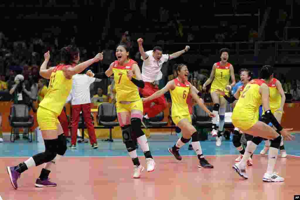 چین نے سربیا کو شکست دے کر خواتین کے والی بال مقابلے میں طلائی تمغہ حاصل کیا۔