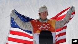 미국의 레드 제라드 선수가 11일 평창 동계올림픽에서 금메달을 딴 후 기념촬영을 하고 있다.