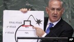 Perdana Menteri Israel Benjamin Netanyahu menunjuk pada garis merah dalam grafik yang diilustrasikan dengan bom yang digunakan untuk menggambarkan program nuklir Iran pada Pertemuan DK PBB ke-67 di New York, 27/9/2012