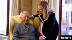 美國國務卿希拉里•克林頓8月6日在南非昆納前南非總統曼德拉家中探望他