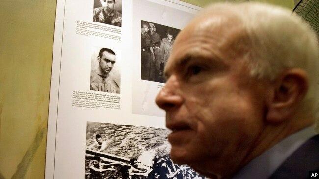 TNS John McCain thăm nhà tù Hòa Lò năm 2009.