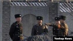 북한 신의주 압록강변의 북한 군인들(자료사진)