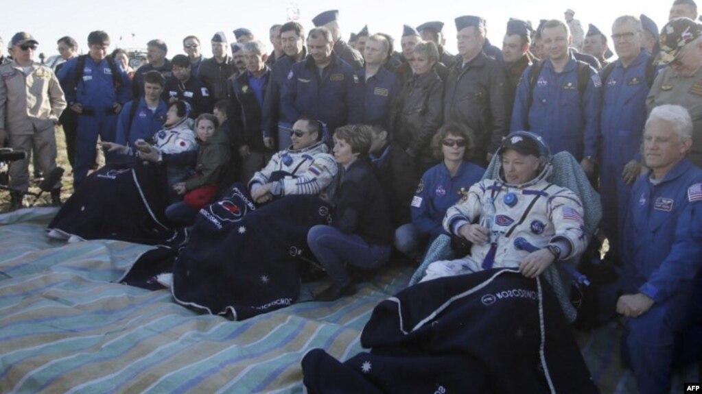 El cosmonauta ruso Anton Shkaplerov, el astronauta estadounidense Scott Tingle y el astronauta japoés Norishige Kanai son asistidos tras aterrizar en Kazajstán a bordo de una cápsula Soyuz el domingo, 3 de junio de 2018.
