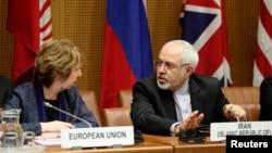 17일 오스트리아 빈에서 이란과 주요 6개국의 핵 협상이 재개된 가운데, 캐서린 애슈턴 유럽연합 외교안보 고위대표(왼쪽)가 자바드 자리프 이란 외무장관과 대화를 나누고 있다.