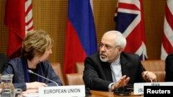 Pejabat Uni Eropa, Catherine Ashton (kiri) dan Menlu Iran Mohammad Javad Zarif dalam perundingan di Wina, Selasa (17/6).