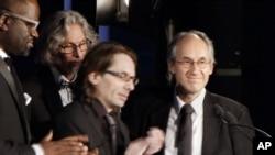 Žerar Bijar, glavni urednik Šarli Ebdoa i Žan-Batist Tore, filmski kritičar francuskog magazina, primaju nagradu za hrabrost i slobodu izražavanja od američkog PEN centra na ceremoniji u Njujorku.