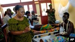 La présidente par intérim Catherine Samba-Panza visits victims à l'hôpital de Bangui, le 1er juin 2014. (AP Photo/Jerome Delay)