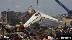 Se dan por muertos a los 153 pasajeros del vuelo Abuya-Lagos de la compañía Dana Air y buscan con grúas y perros más cadáveres entre los escombros