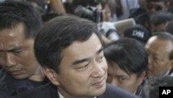 ထိုင္းဝန္ႀကီးခ်ဳပ္ေဟာင္း Abhisit အထူးစံုစမ္းေရးဌာနသို႔ အမူရင္ဆိုင္ရင္ ေရာက္ရွိစဥ္ ဒီဇင္ဘာ ၁၃၊ ၂၀၁၂။