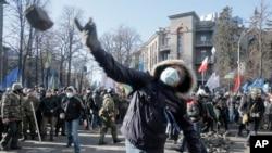 Người biểu tình ném đá vào cảnh sát chống bạo động bên ngoài trụ sở Quốc hội ở Kyiv, ngày 18/2/2014.