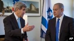 22일 존 케리 미국 국무장관(왼쪽)이 독일 베를린에서 벤자민 네타냐후 이스라엘 총리와 만나 담화하고 있다.