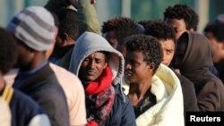 Abimukira bamuka muri Etiyopiya na Eritrea i Calais, mu Bufaransa, batondeye Imfashanyo, Itariki 23 z'ukwezi kwa 8, 2017