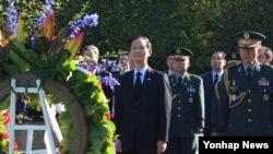 미국을 방문 중인 김장수 한국 청와대 국가안보실장(가운데)이 24일 워싱턴 한국전 참전 기념비를 참배했다.