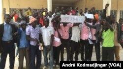 Quelques élèves et étudiants regroupés ce jeudi matin devant le lycée de walia dans la commune du 9eme arrondissement à la sortie Sud de N'Djamena, au Tchad, le 14 décembre 2016. (VOA/André Kodmadjingar)