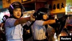 香港警方拔槍指向示威群眾。