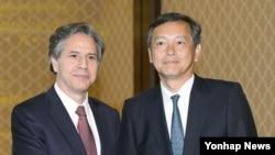 토니 블링큰 미국 국무부 부장관(왼쪽)과 사이키 아키타카 일본 외무성 사무차관이 18일 도쿄에서 회담하기 앞서 악수하고 있다.